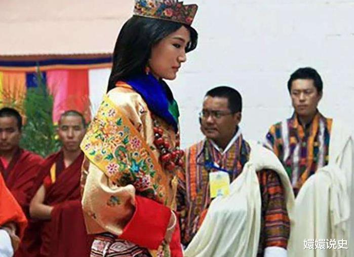 不丹也有跪拜制度!21歲佩瑪大婚時跪丈夫,姿勢標準不輸蘇提達-圖3