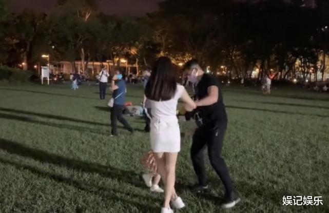 郭富城方媛草坪上撒糖,兩人拉著女兒轉圈圈,一傢人超幸福-圖3