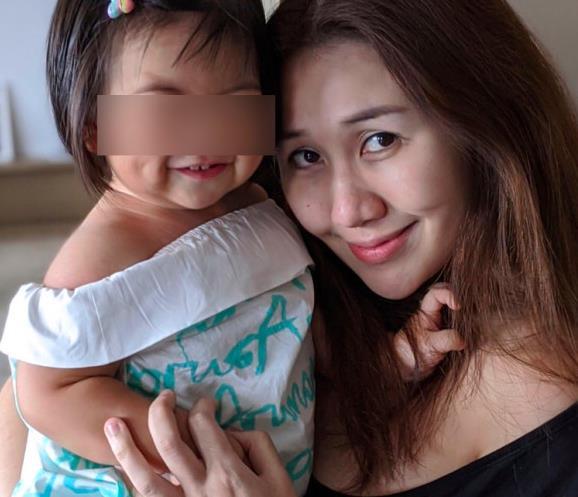 辛奇隆女兒愛耍酷,荷包蛋開玩具車還戴墨鏡,拍照比何超盈自信-圖5