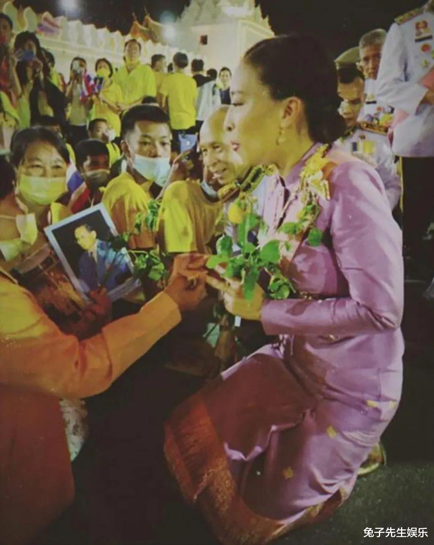 泰國大公主真給老爸面子,跪在水泥地上為泰王捧場,忙得滿頭大汗-圖6