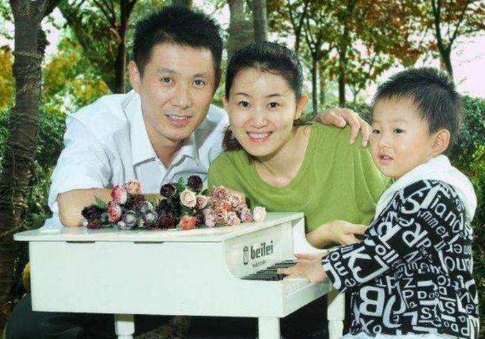 因戲生情,23歲嫁大11歲國傢一級演員,兒子近照被曝光太帥瞭-圖2