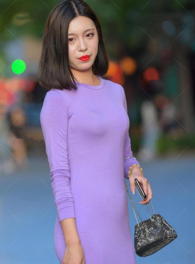 复杂的撞色已过时,简单的纯色连衣裙才是主流,网友:这就是简约风嘛!