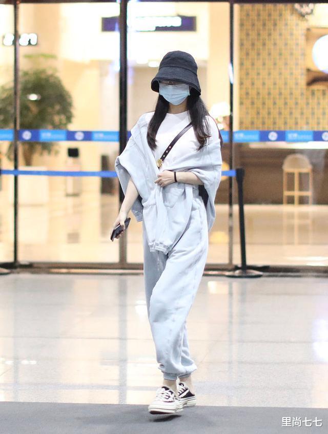 趙麗穎最新機場秀,運動裝穿一半不忘拿外套包手臂,當媽後怕冷?-圖3