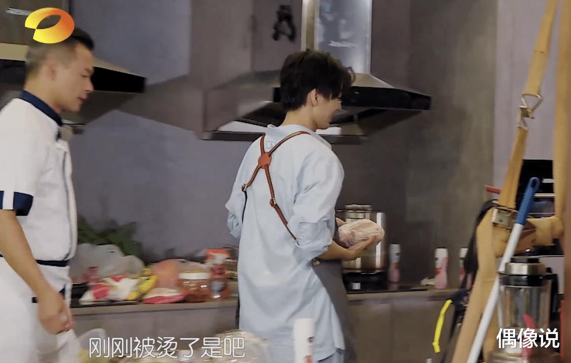 王俊凱錄節目被熱油燙傷!處理方式顯心酸,劉宇寧和張亮反應很暖-圖10