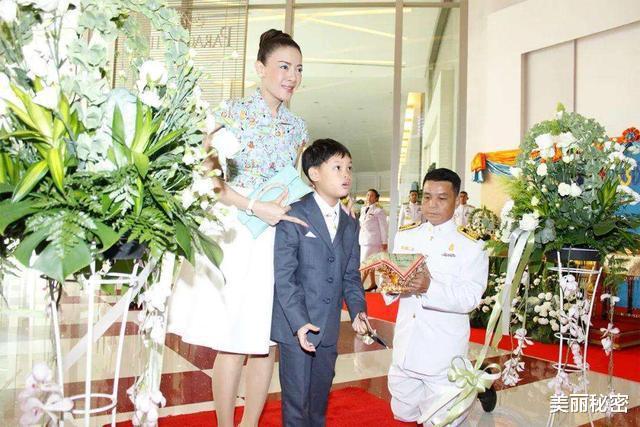 泰王15歲兒子奢華無度,隨從侍女滿身穿戴黃金,保鏢背大金鏈-圖5