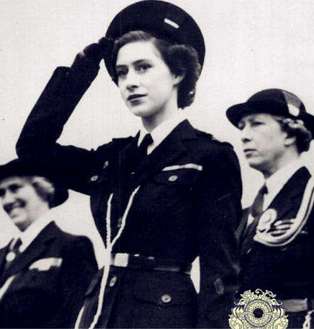 英國女王年輕時有多迷人?丈夫不準她獨自出門,放棄王位伴她左右-圖5