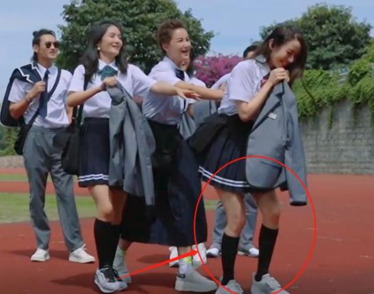 """吉娜節目中重回校園,穿""""JK短裙""""秀長腿,這腿圍我沒看花眼吧?-圖2"""