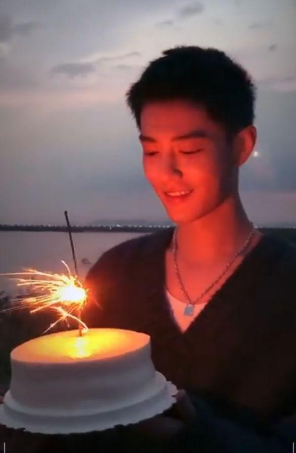 九阴真经叛师_肖战29岁生日,谁注意他蛋糕的形状?网友:原谅我没见过世面