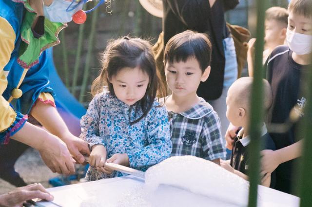 董璇母女參加張嘉倪兒子生日會,小酒窩暴風抽高顏值很搶鏡-圖7