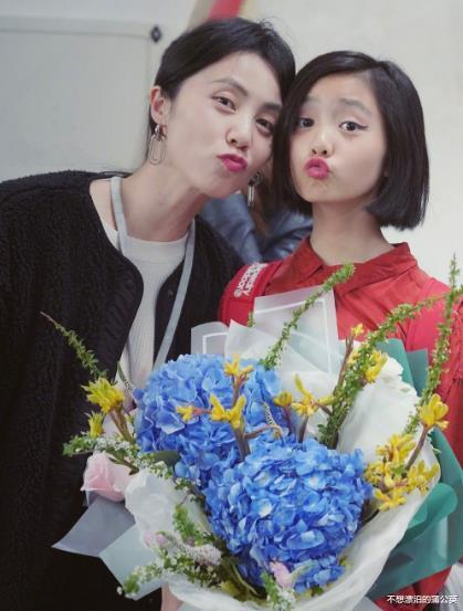 黃磊小女兒慶生,14歲多多成焦點,一件毛衣穿兩年,眼神也變瞭-圖6