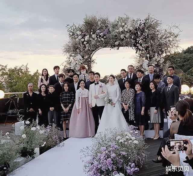 JUNJIN舉辦婚禮,組合成員擺出標志Pose,新娘新郎挽手對視超幸福-圖7