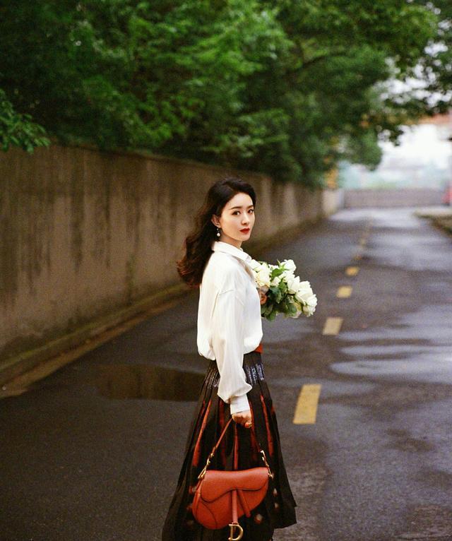 趙麗穎一改往日形象,穿純白色連衣裙,優雅時尚風情萬種-圖8
