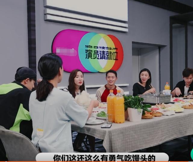 演員2:節目組請吃火鍋,註意唐一菲配的主食?頭一回見這吃法-圖3