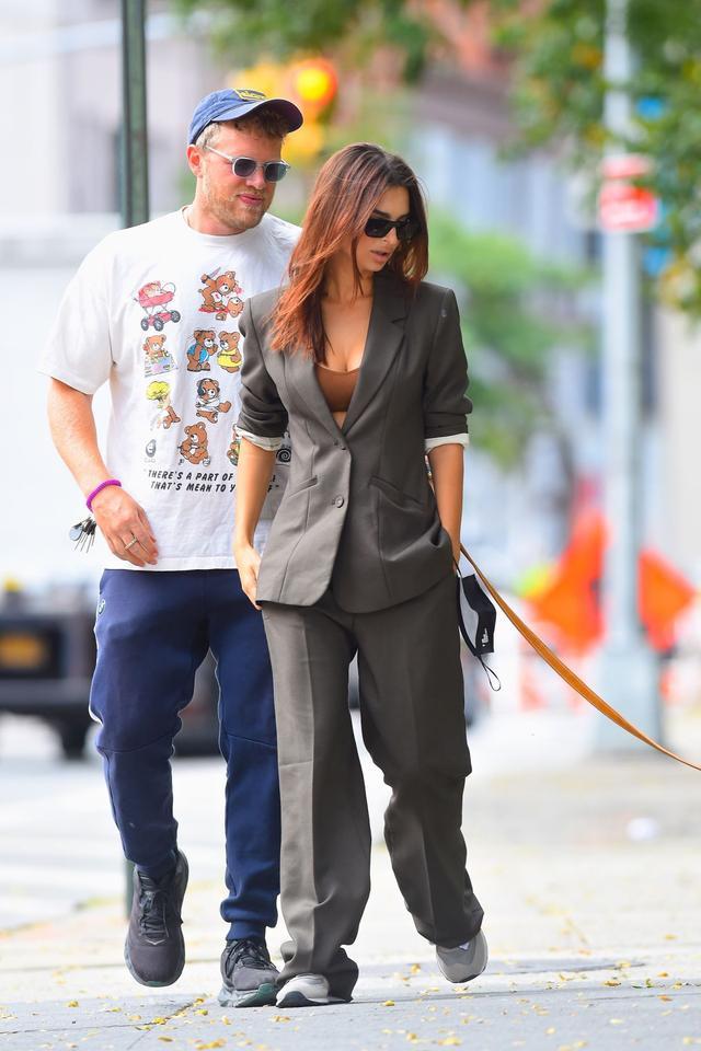 女星艾米麗·拉塔科夫斯基和男伴現身紐約,她的魅力不一般-圖5