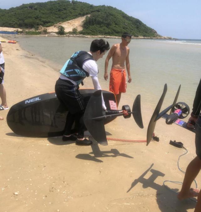 網友偶遇李佳琦沖浪,專人撐傘,拿不動沖浪板,本人皮膚白到發光-圖5