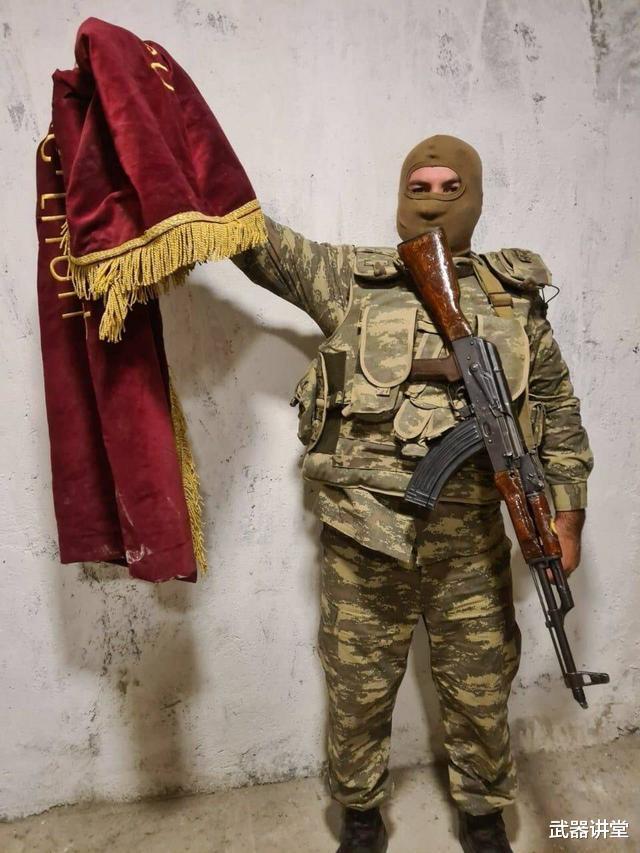 阿塞拜疆炫耀戰利品,被亞美尼亞丟棄軍旗搶眼,戰鬥還不會停下來-圖3