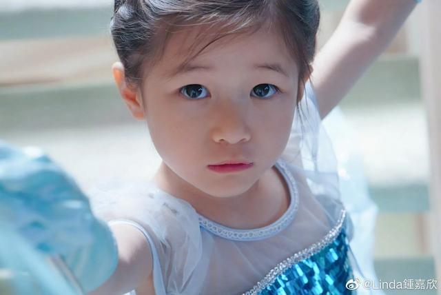 鐘嘉欣曬兒女照片訴相思,4歲女兒繼承媽媽美貌,弟弟超像姐姐-圖3
