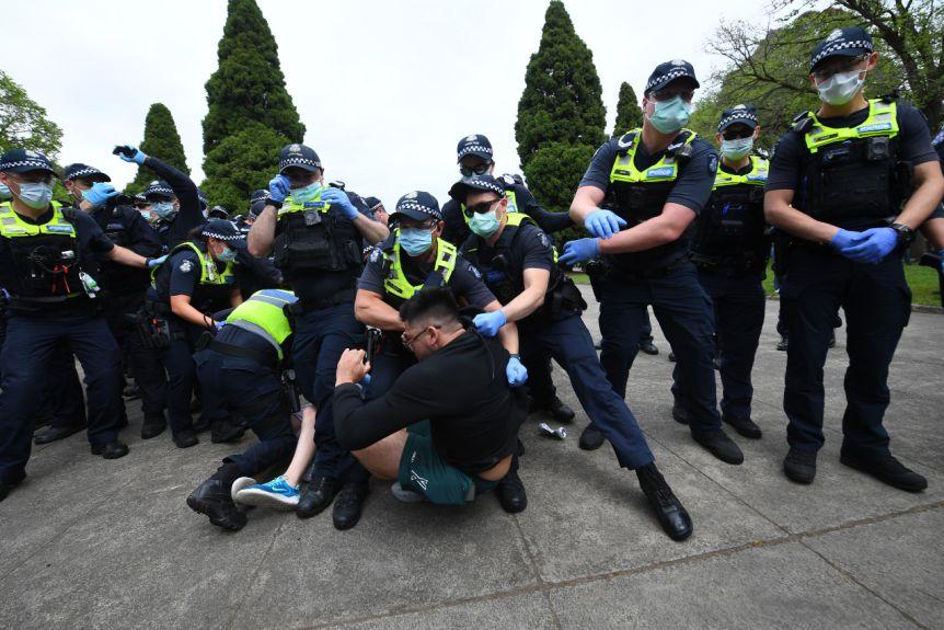 稱新冠病毒是騙局!澳街頭爆發混戰:抗議者與警察打成一團-圖3
