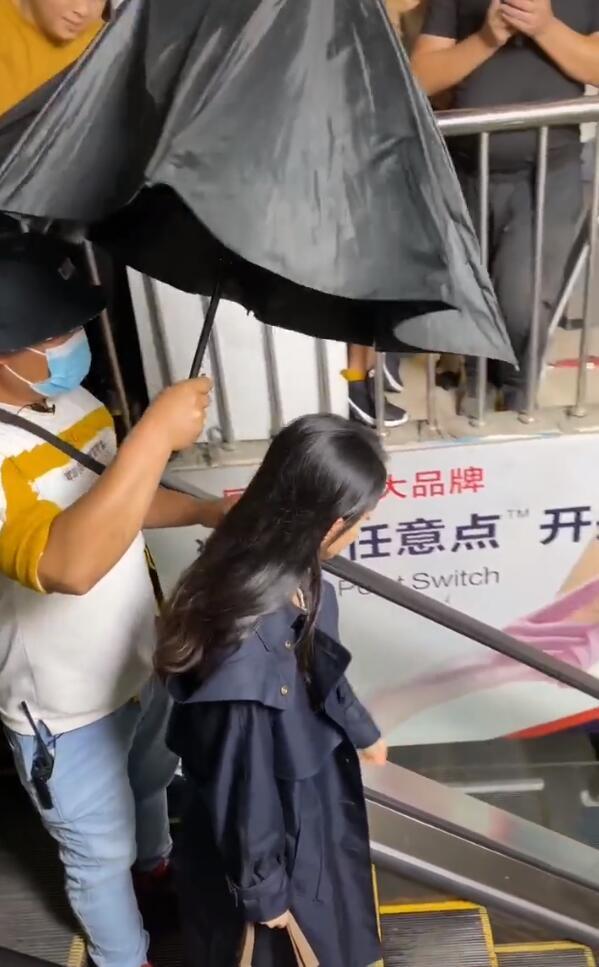 趙麗穎商場拍戲,懟臉拍顏值抗打,室內撐傘惹爭議粉絲瘋狂追拍-圖3