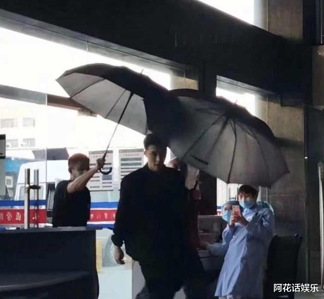 """時隔《潛伏》11年,孫紅雷新劇再次上演""""眼鏡殺"""",路透大佬既視感!-圖10"""
