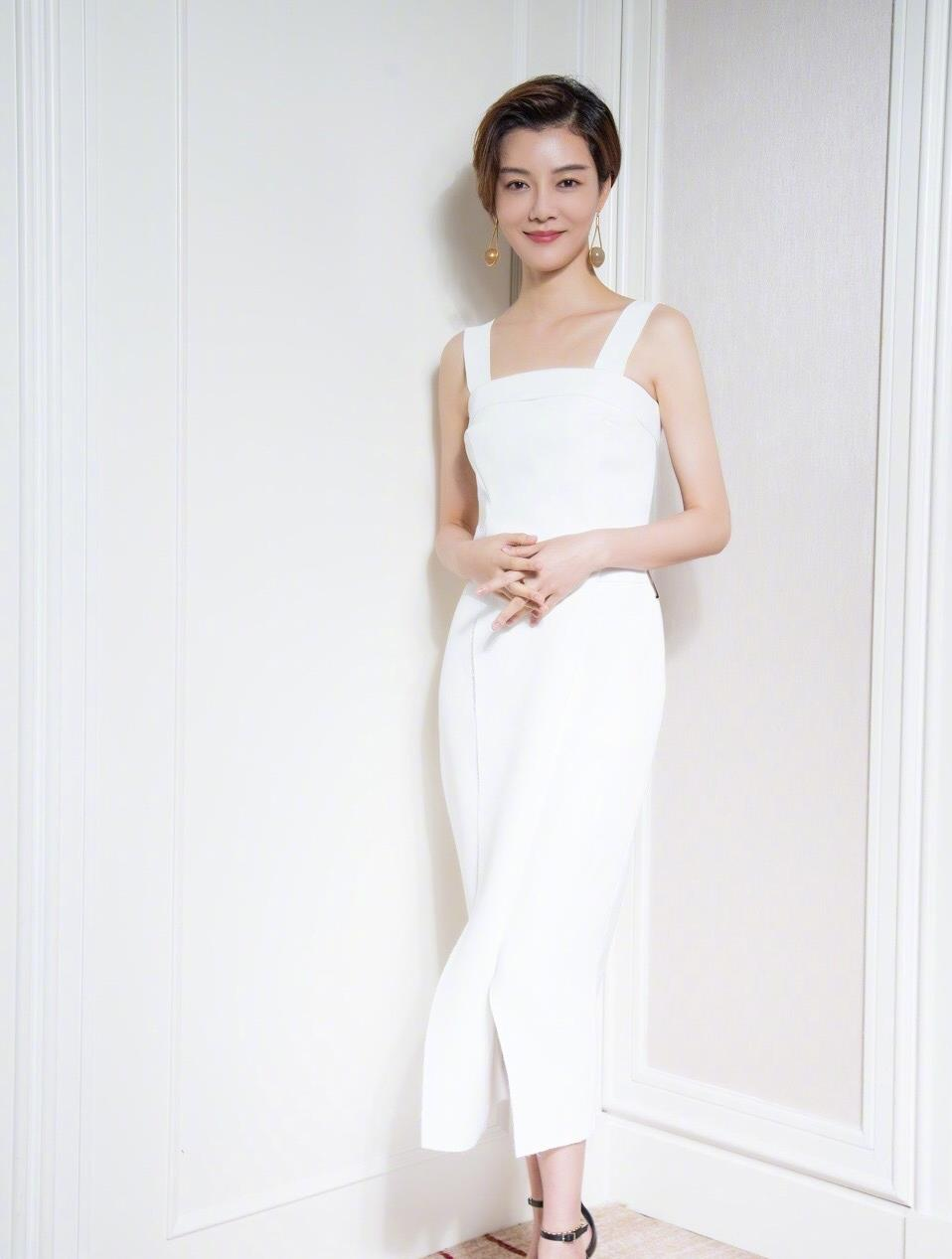 車曉氣質太出眾!白襯衫搭寶藍色半身裙顯優雅知性,穿出瞭高級感-圖7