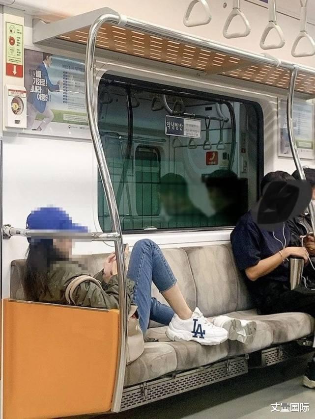 韓國女模坐地鐵不戴口罩兼晾腳,被轟自私反斥網民:罵人前先照鏡-圖3