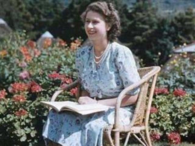 英國女王年輕時有多迷人?丈夫不準她獨自出門,放棄王位伴她左右-圖4