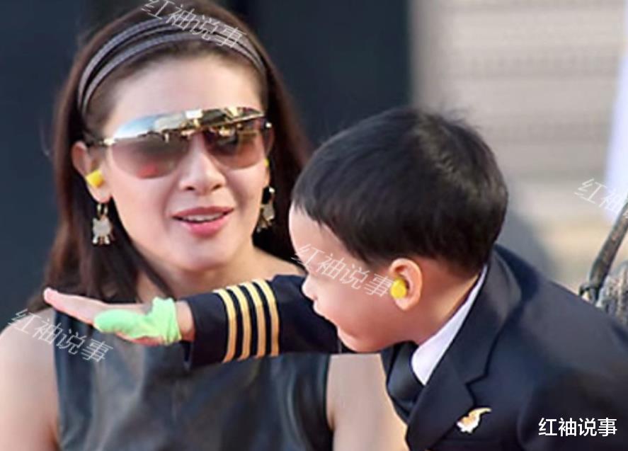 西拉米軍裝照美翻瞭,一顰一笑驚艷時光,不愧是泰國最美王妃-圖8