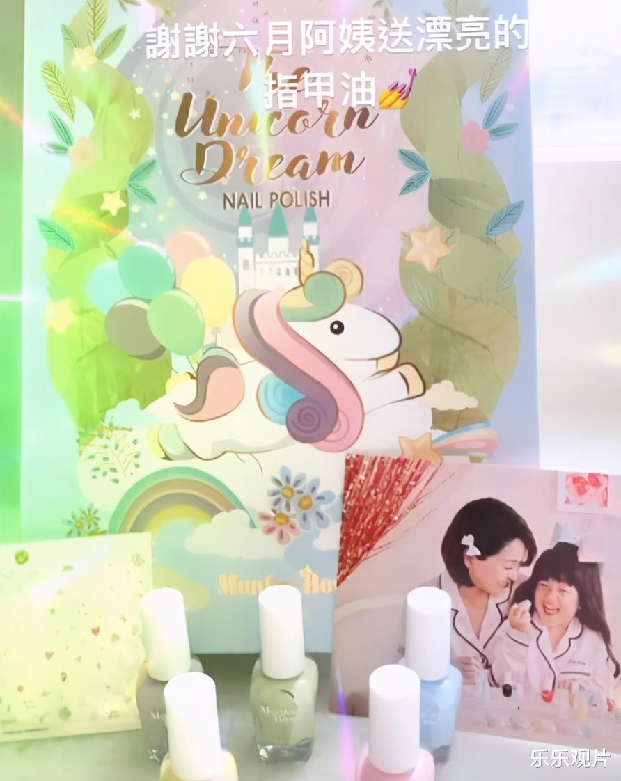 林心如送女儿圣诞礼物,粉色的奢侈名牌包超可爱,价格10万以上
