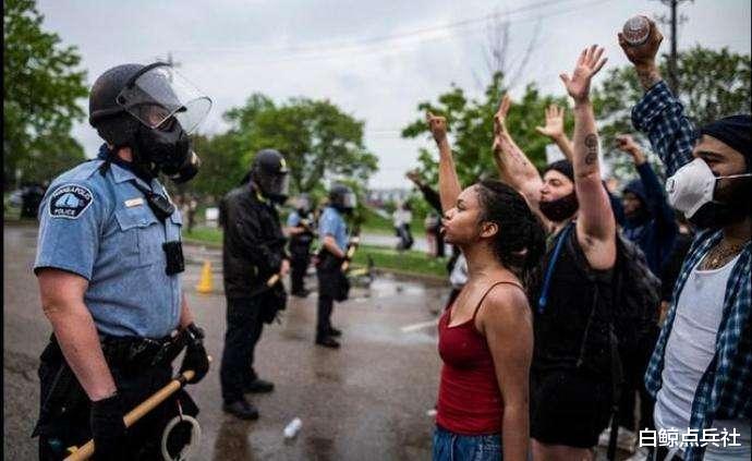 美國要徹底亂瞭!白人警察殺黑人後,黑人開始動手殺白人平民-圖3