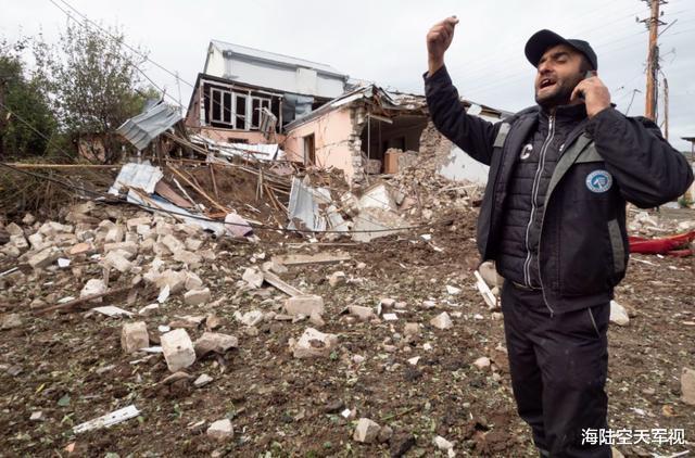 一百枚火箭炮洗地,亞美尼亞教堂被擊中開大孔,俄羅斯記者被擊中-圖3
