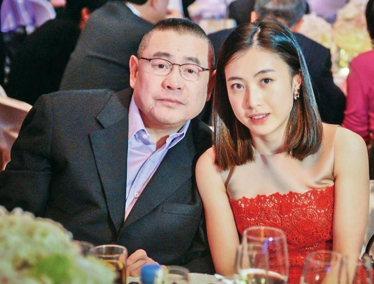 劉鑾雄18歲女兒現身菜市場,擺高難度動作拍照,趴水果箱上凹造型-圖10