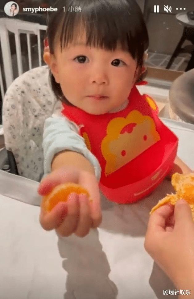 TVB視帝兩年沒有新劇播出,在傢慶祝44歲生日,被女兒喂水果好幸福-圖9