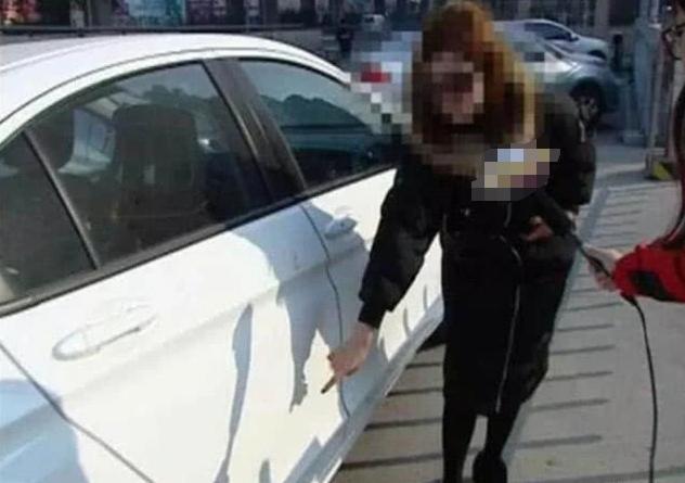 女車主開車去洗車,車身洗出四個字:準備好三倍賠償-圖3