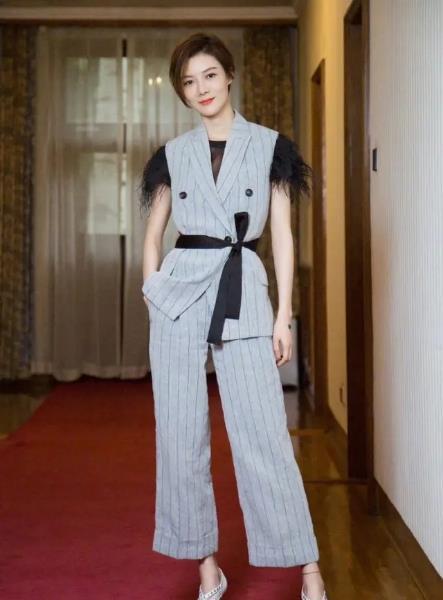 車曉氣質太出眾!白襯衫搭寶藍色半身裙顯優雅知性,穿出瞭高級感-圖6