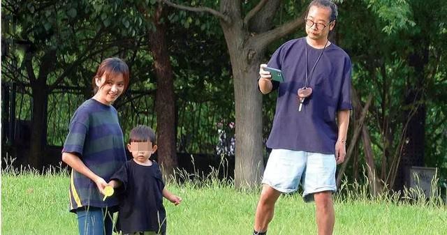 陳意涵一傢三口草地野餐,畫面溫馨幸福,1歲兒子軟萌可愛像爸爸-圖2
