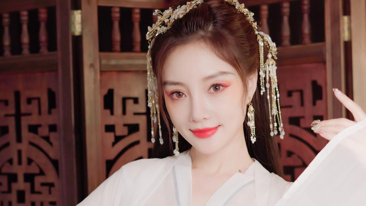 38岁李小璐晒古装写真,一袭白裙清新儒雅,仙气十足!