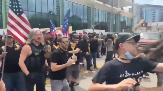 早已看對方不順眼,美國的特朗普支持者大打出手,遊行演變成群毆-圖3