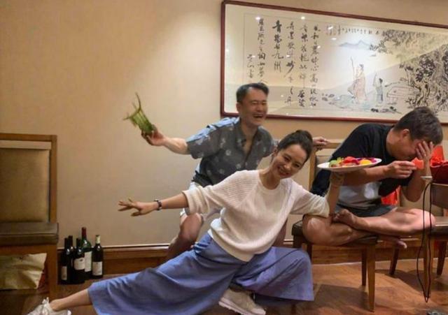 北電97級重聚,知名女演員和黃磊舊照被扒,疑出軌再遭網友熱議-圖3
