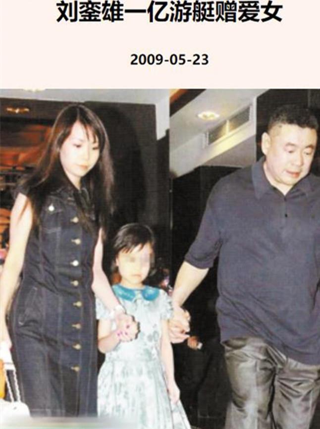 劉鑾雄18歲女兒現身菜市場,擺高難度動作拍照,趴水果箱上凹造型-圖9