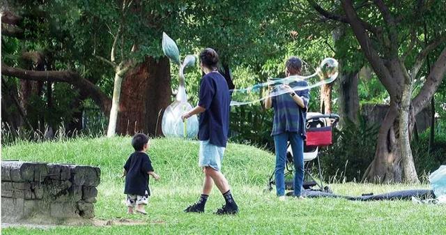 陳意涵一傢三口草地野餐,畫面溫馨幸福,1歲兒子軟萌可愛像爸爸-圖4