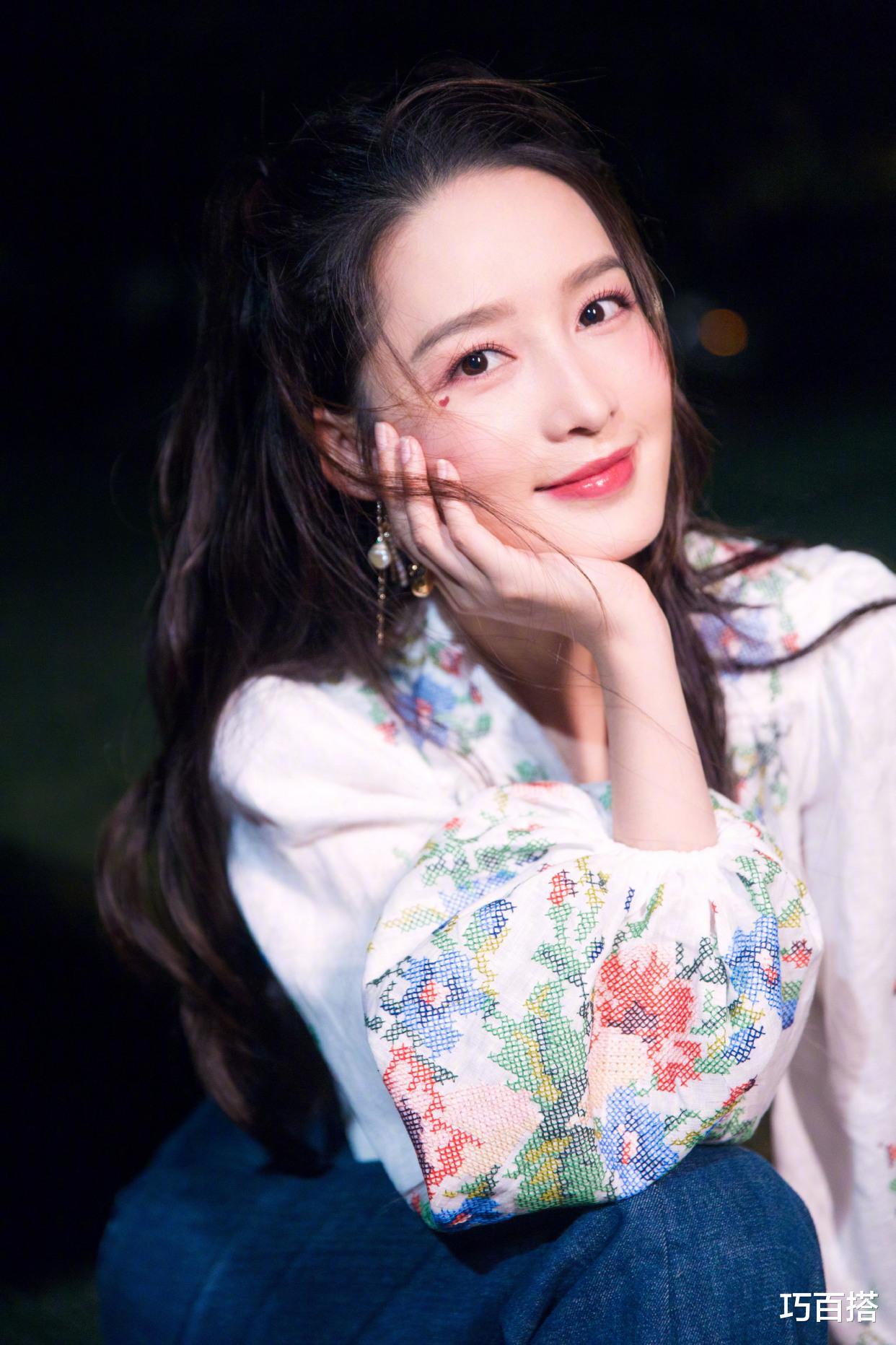 30歲的李沁時尚品味不俗!七夕桃花妝粉面含春,簡直撩人於無形-圖2