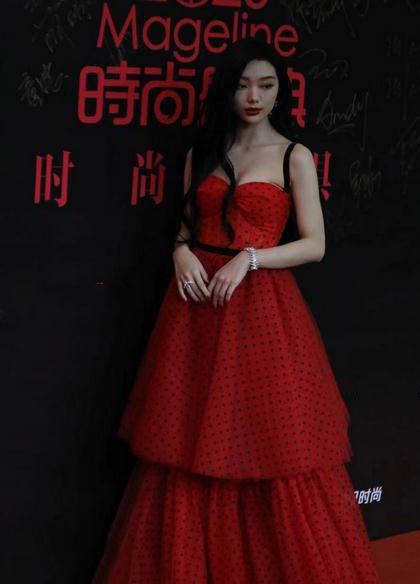 明星紅毯:蔡徐坤高貴似王子,孟美岐有親和力,吳建豪太冷酷-圖6