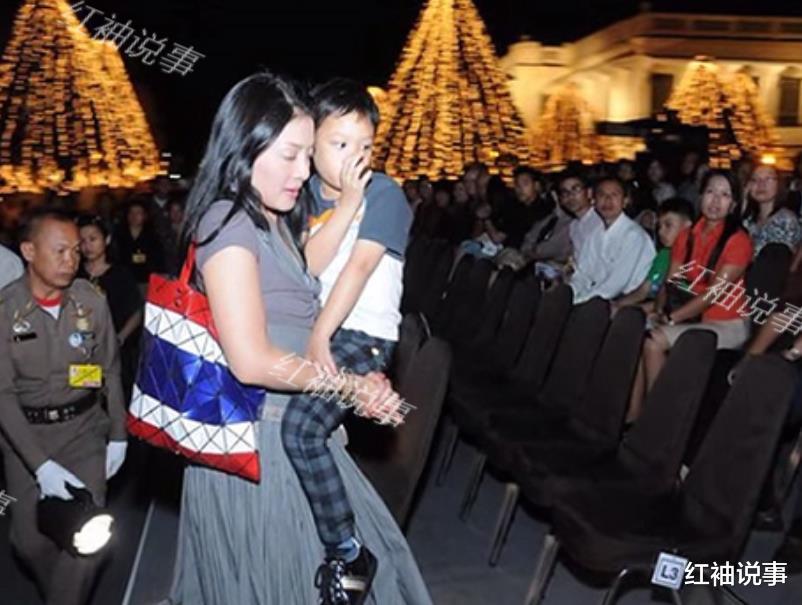 西拉米軍裝照美翻瞭,一顰一笑驚艷時光,不愧是泰國最美王妃-圖7