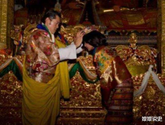 不丹也有跪拜制度!21歲佩瑪大婚時跪丈夫,姿勢標準不輸蘇提達-圖2