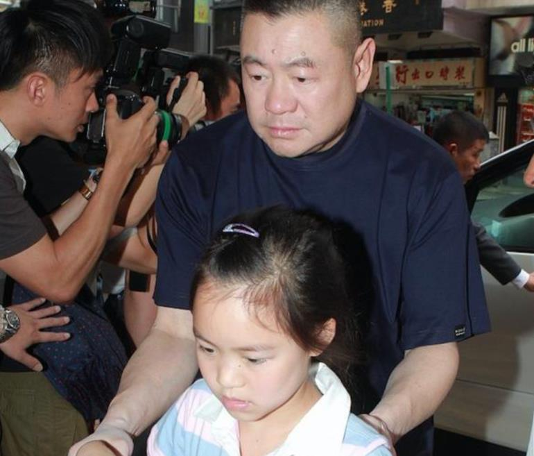 劉鑾雄18歲女兒現身菜市場,擺高難度動作拍照,趴水果箱上凹造型-圖8