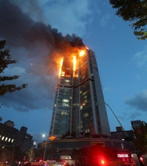 88人傷亡!韓國33層高樓失火,整棟樓成火球,或給文在寅致命一擊-圖3