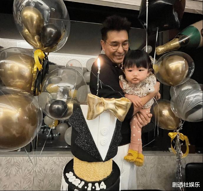 TVB視帝兩年沒有新劇播出,在傢慶祝44歲生日,被女兒喂水果好幸福-圖5