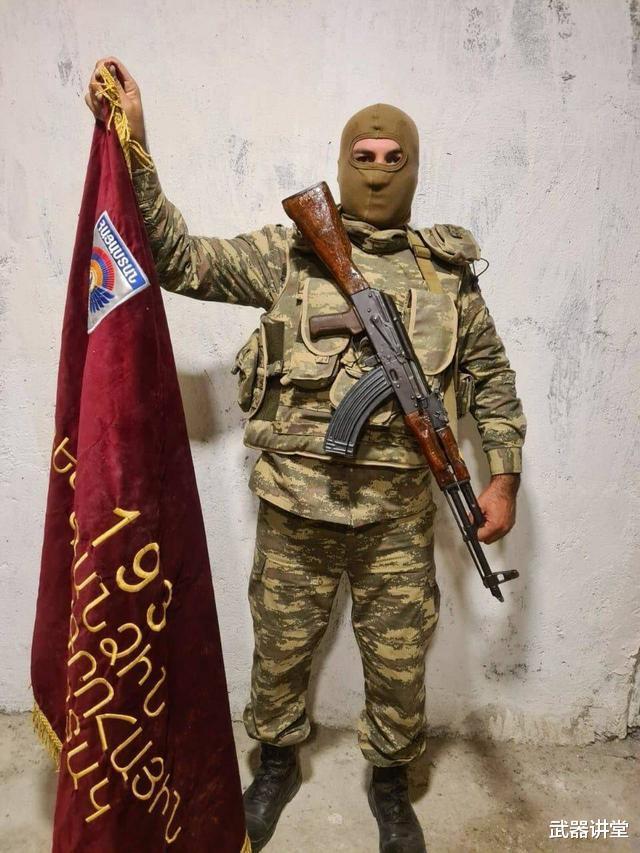阿塞拜疆炫耀戰利品,被亞美尼亞丟棄軍旗搶眼,戰鬥還不會停下來-圖2