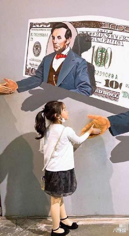 黃奕帶女兒看畫展,7歲黃芊玲越長越像黃毅清,表情超多變戲精-圖5